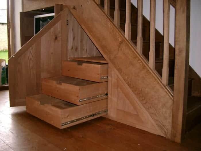 кладовочные полочки под лестницей