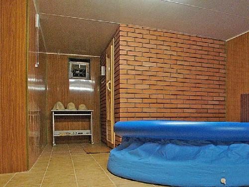 Надувной бассейн в подвальном помещении