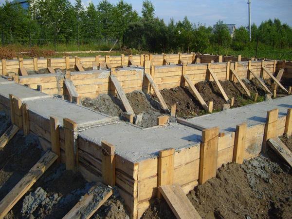 Заливка ленточного фундамента бетоном